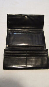 Coach signature 'C' wallet- pre-owned & well-loved West Island Greater Montréal image 2