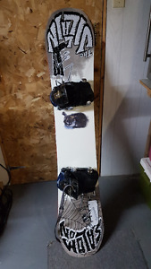 (LOT)snowboard salomon villain 2013 presque neuf+fix+bottes+sacs