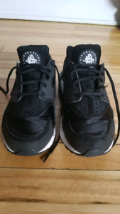 NIKE HUARACHE (women us9 or men us8 ) perfect condition