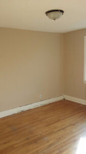 **3 BDRM House - Parking & Laundry INCL!! - Walk to Carleton!!**