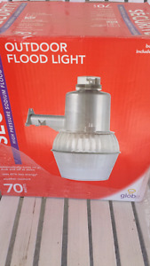 Globe Security high pressure sodium flood light