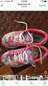 Skeecher lace up walking shoes in excellent condition