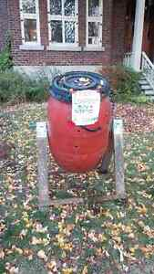 Compost barrel with stand / Baril de compost avec support
