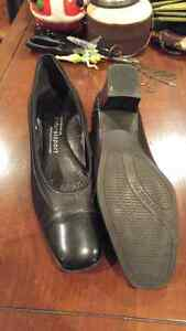 Womens dress shoes sz 8  London Ontario image 2