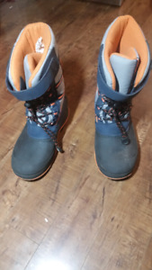 Youth winter boots size 6.