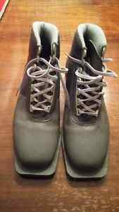 Men's size 9 Cross Country Boots, Excellent Condition