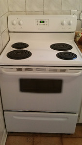 Kitchen range - Good condition || Cuisinière - Bonne condition