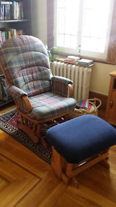 Glider (rocking chair) and ottoman / Chaise bercante avec pouf
