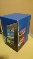 Nokia Lumia 800, Like new with original box ! MAKE AN OFFER!