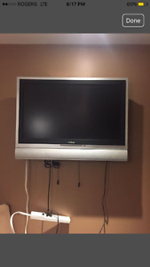 """32"""" Insignia tv and wall mount"""