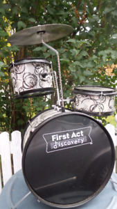 FIRST ACT DRUM SET