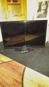 40 INCH LCD INSIGNIA FLAT SCREEN TV INCLUDES REMOTE