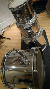 Batterie Pearl, snare Pearl Signature, guitare avec Floyd Rose..