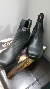 Mens NEW black safety boots size 9