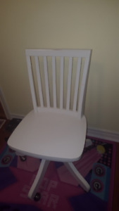 Comfortable White Swivel Chair (Child size)