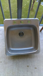 Good condition stainless steel Sink 20x20 inches.Bon état lavabo
