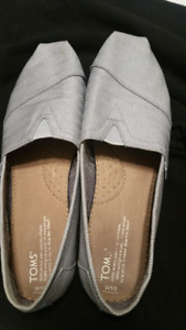 Women's Authentic Toms size 10