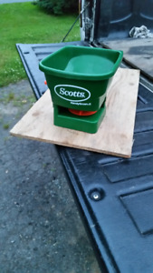 SCOTTS HAND HELD FERTILIZER AND SEED SPREADER IN GOOD CONDITION