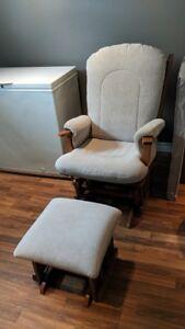 Chaise berçante avec ''pouffe'' 220$