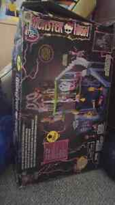 NEW PRICE Monster High Catacombs