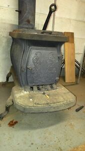 EXCELLENT WOOD STOVE, WORKING, DECORATIVE DESIGN.