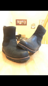 UGG MEN BOOTS, SIZE 10, **IN GREAT CONTION**