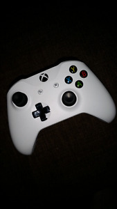 xbox one controller (white)  10/10 - never used