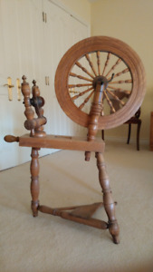 Vintage Wood Spinning Wheel in mint condition.