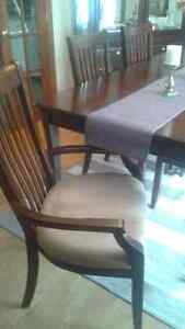 Dinning table 6 chairs excellent condition West Island Greater Montréal image 3