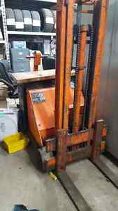 Walk behind fork lift $650
