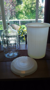 23 LITRE GLASS WINE CARBOY WITH AIRLOCK AN PRIMARY WITH LID