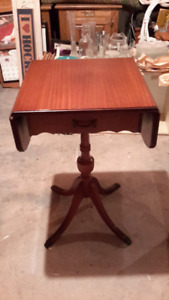 ANTIQUE MAHOGANY DUNCAN PHYFE ACCENT TABLE