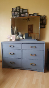 6 DRAWER DRESSER ON WHEELS AND WITH MIRROR