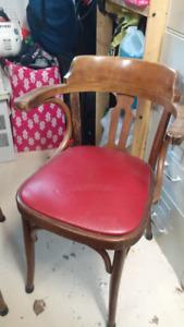 Chaise de taverne antique, retro en bois avec siège en cuir