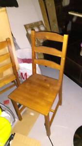 Table ikea et deux chaises