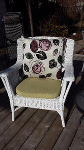 CHAISE  ROTIN   BLANCHE   AVEC    COUSSIN