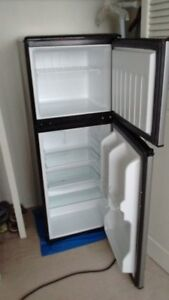 Mid-Size Fridge w Large Freezer in Perfect Condition