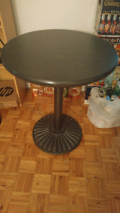 Table solide avec pied en fer