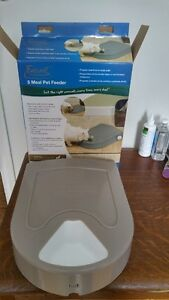Battery operated cat feeder