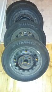 4 pneus 185/65R14 86H sur jantes à vendre. Un seul été d'usure.