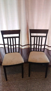 Selling kitchen table with two chairs