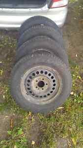 4 pneus d'été Michelin 205-70-15 sur rims 5x114.3