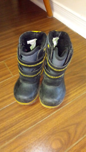 Snow boots for a small boy size 7