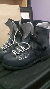 Mens 9 Scarpa Mountaineering Boot