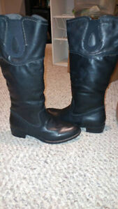Woman's Softmoc Size 8 knee high black dress/casual boot