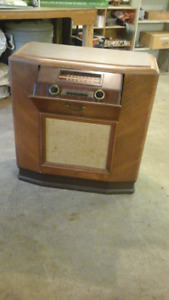 Old floor model radio (antique), and it works,