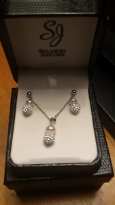 Beautiful necklace and earrings set.