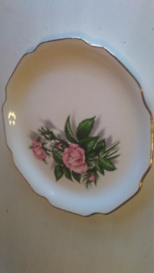 VINTAGE 9 1/4'' GOLD TRIMMED ROSE ROYALE PLATE COLLECTIBLES
