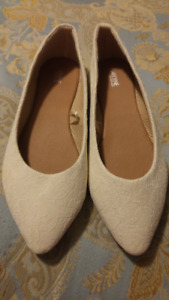 Cream colour lace ladies dress shoe, size 9