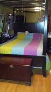 Queen size 5 piece Bedroom Set / Ensemble de chambre 5 morceaux